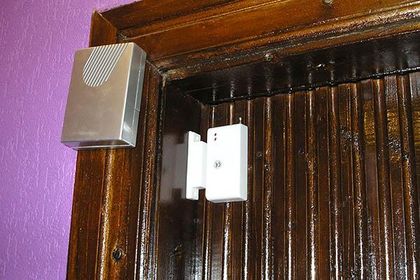 Установленная сигнализация на дверь