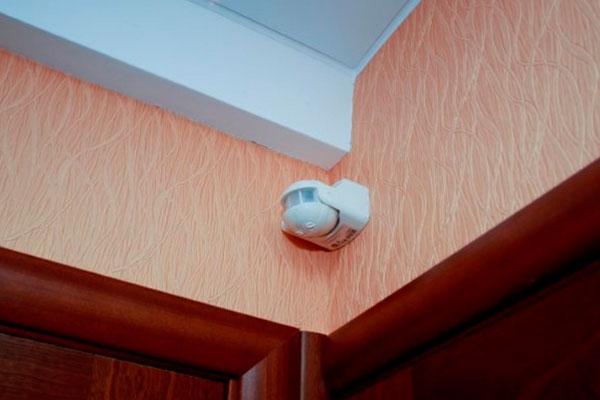 Датчик объема, расположенный под потолком