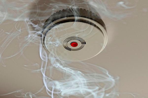 Дымовой датчик пожарной сигнализации