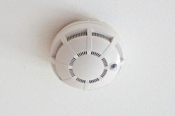 Адресный пожарный извещатель на потолке