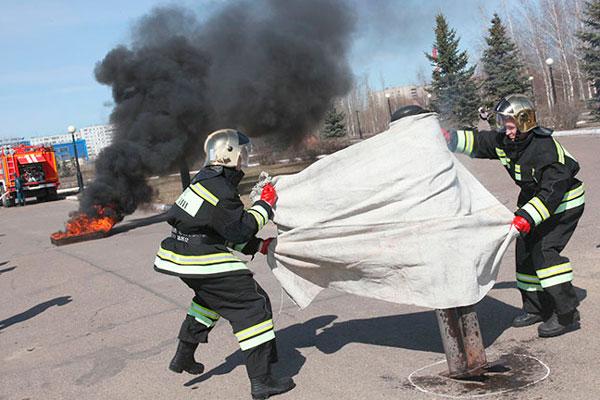 Тушение огня противопожарным полотном