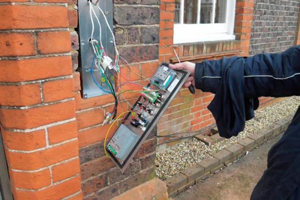 Установка электро-магнитного замка домофона