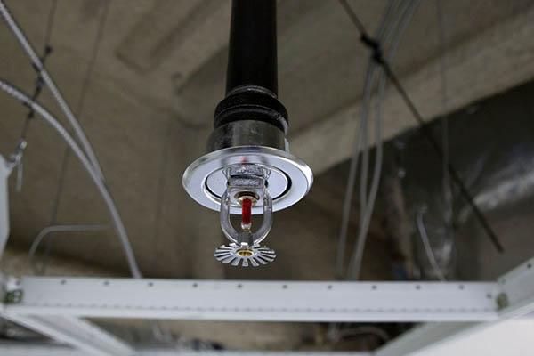 Установленный спринклер к трубопроводу