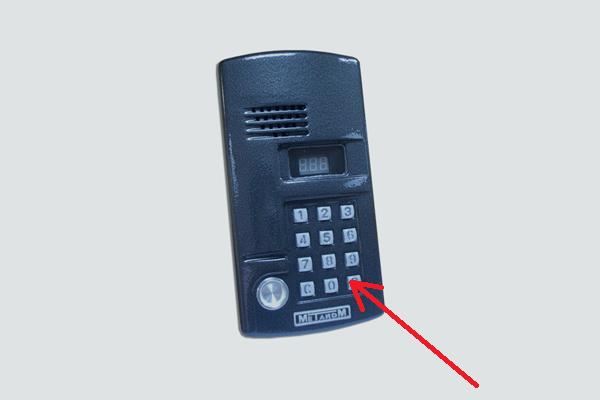 """Нажатие на кнопку """"В"""" для начала операций по открытию домофона Метаком без ключа"""