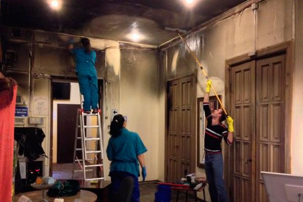 Процесс уборки помещения которое пережило пожар