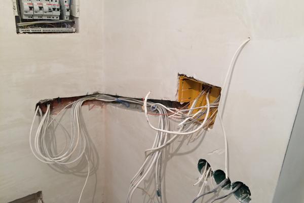 Закладка проводов при монтаже видеодомофона