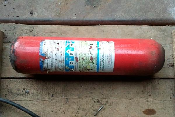 Разобранный углекислотный огнетушитель для дальнейшей утилизации
