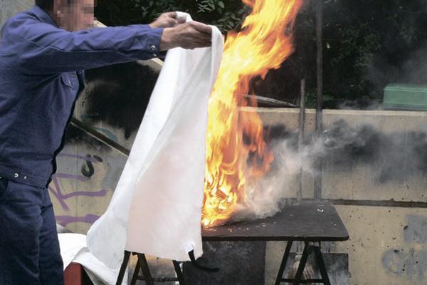 Противопожарное полотно для прекращения горения бензина