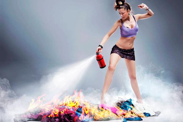 Тушение пламени пенным огнетушителем
