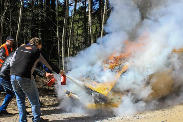 Тушение автомобиля огнетушителями