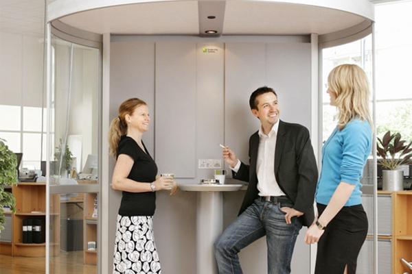 Кабинка для курения в офисном помещении
