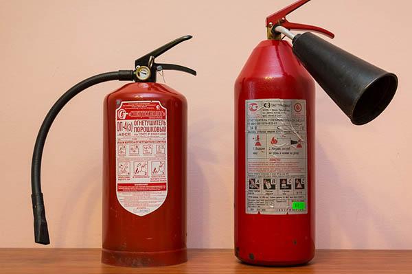 Порошковый и углекислотный огнетушитель для дома