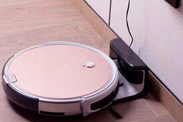 Процесс зарядки робота-пылесоса iLife x620