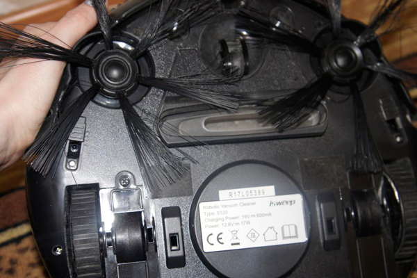 Вид с под низу робота-пылесоса Isweep S320