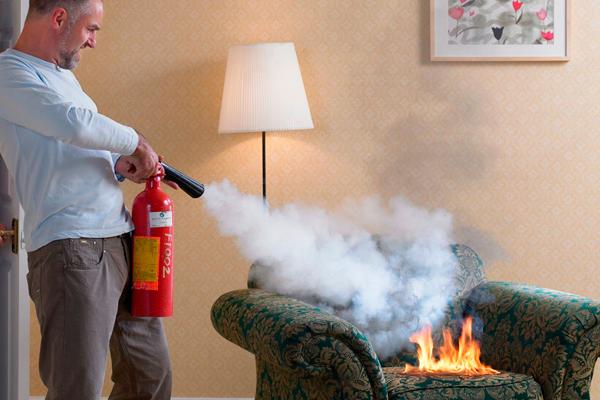 Процесс тушения пламени компактным огнетушителем