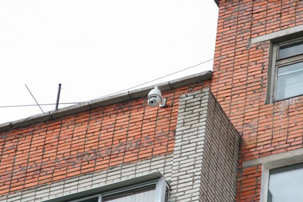 Камера для видеонаблюдения во дворе жилого дома