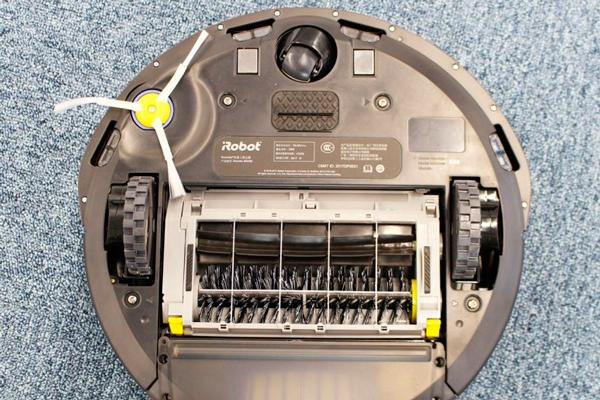 Вид с под низу робота-пылесоса iRobot Roomba 694