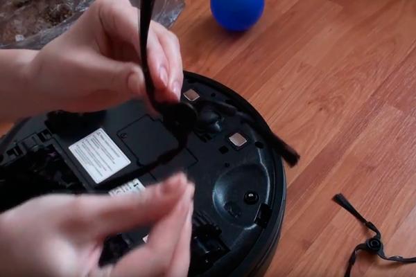 Процедура очистки боковых щеток робота-пылесоса