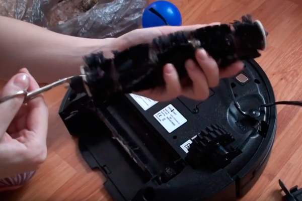 Процесс чистки турбощетки роботизированного пылесоса