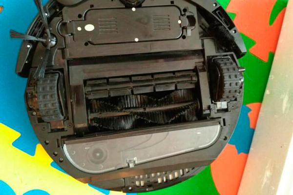 Вид с под низу робота-пылесоса Xrobot A1