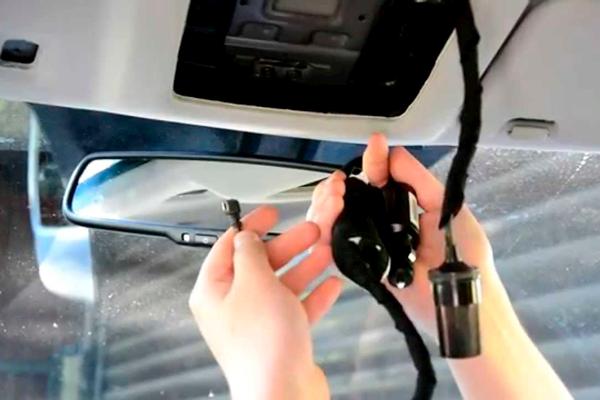Процесс установки двухканального видеорегистратора в автомобиль