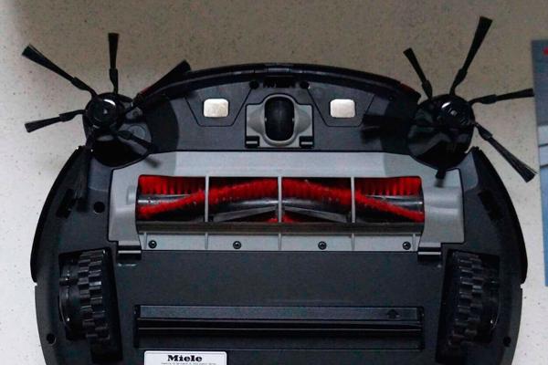 Вид с под низу робота-пылесоса Miele SLQL0 Scout RX2