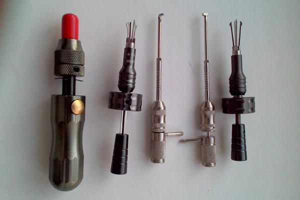 Инструменты для проведения процедуры аварийного вскрытия замочных устройств