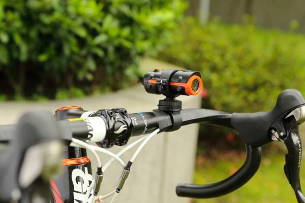 Прикрепление водонепроницаемого регистратора на велосипед
