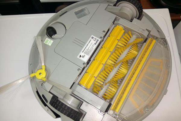 Вид с под низу робота-пылесоса Kitfort KT-512