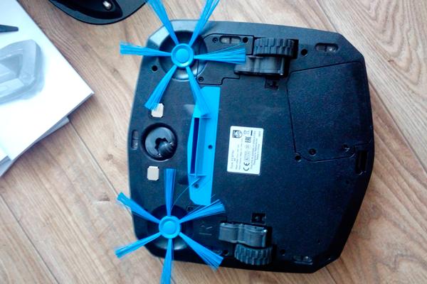 Вид с под низу робота-пылесоса Philips SmartPro Easy FC8792/01