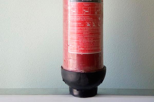 Углекислотный огнетушитель ОУ-5 на подставке