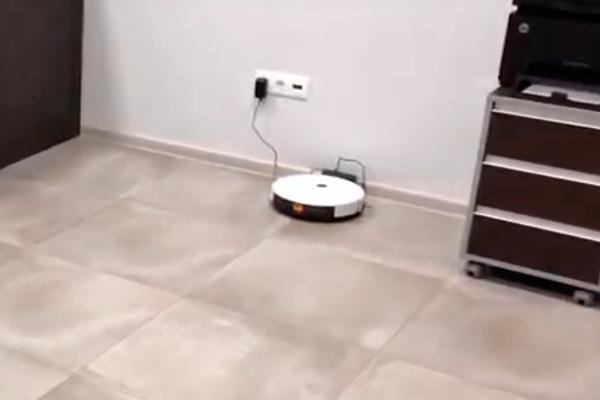 Процесс зарядки робота-пылесоса Panda X7