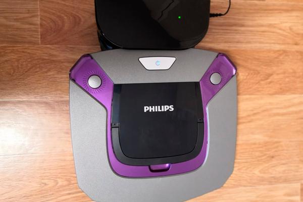 Процесс автоматической зарядки умного пылесоса Philips FC8796/01 Smartpro Easy