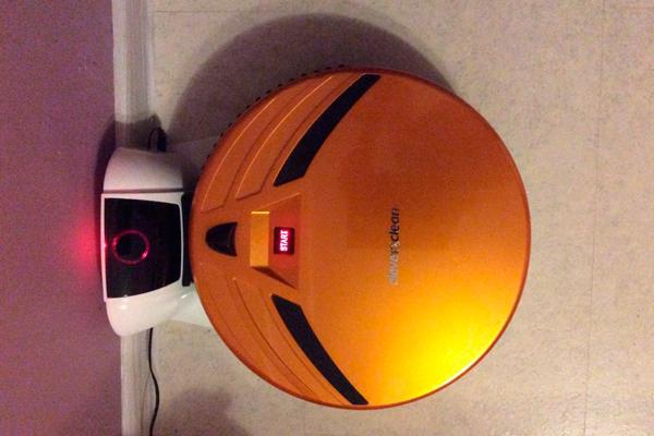 Процесс автоматической зарядки умного пылесоса Clever Clean Z10A
