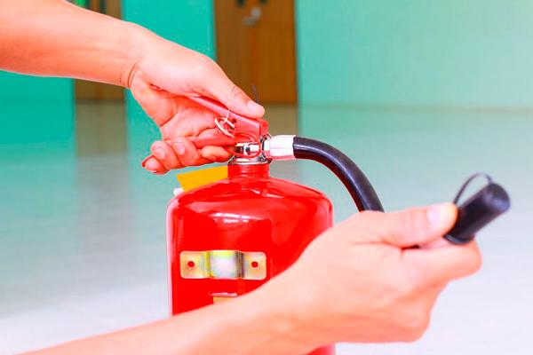 Применение огнетушителя при пожаре в архиве