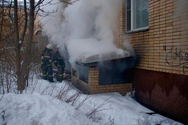 Процесс тушения пожара в подвальном помещении