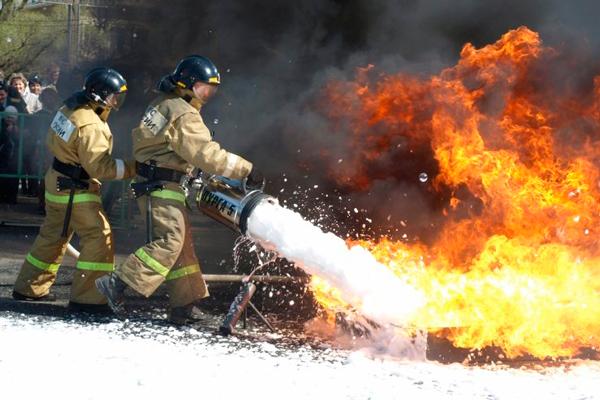 Процесс тушения пламени Добровольной пожарной охранной