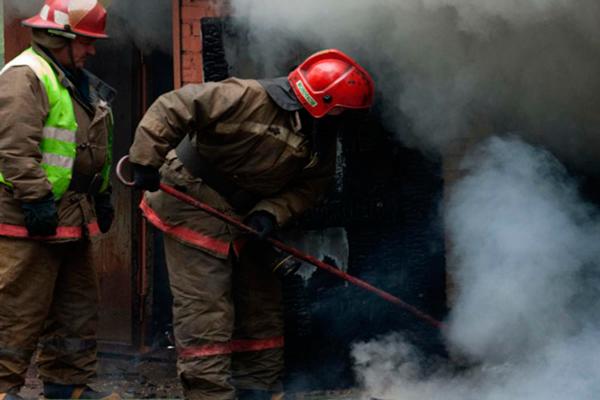 Расчищение места горения с помощью пожарного багра