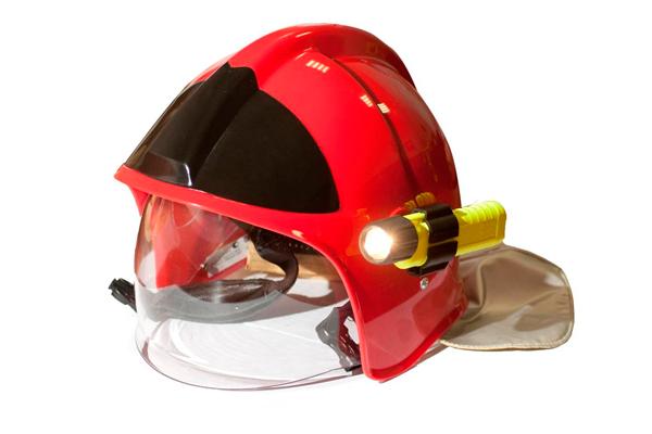 Фонарик, прикрепленный к пожарной каске
