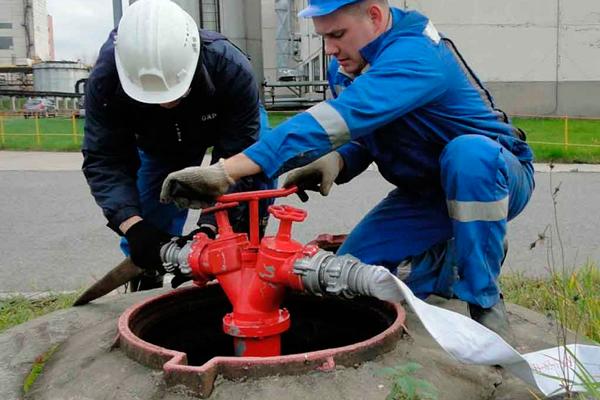Подключение пожарного рукава к гидранту для забора воды