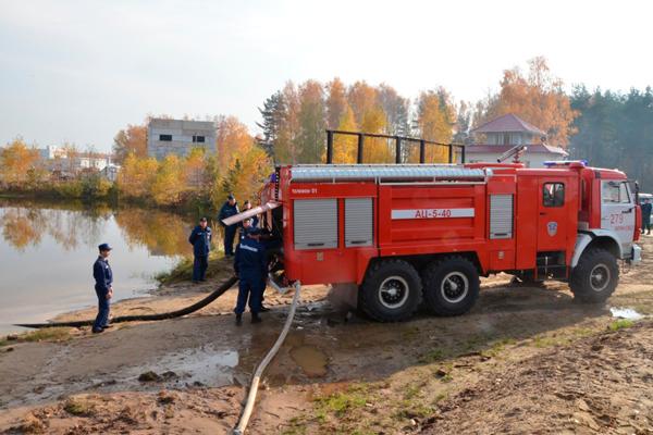 Заправка пожарной машины водой для пожаротушения