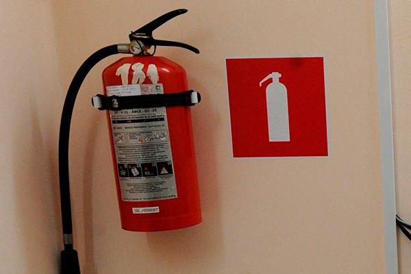 Знак указывающий место огнетушителя