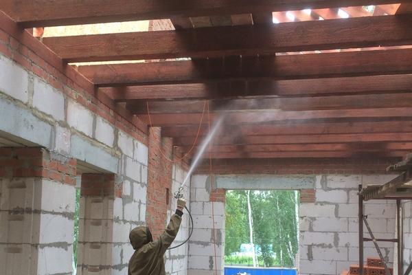 Процесс огнезащитной обработки деревянных конструкций кровли