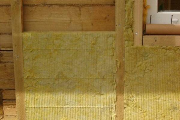 Закрытие деревянной конструкции эковатой после процедуры противопожарной обработки