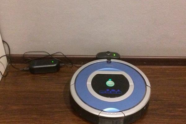 Процесс автоматической зарядки робота-пылесоса Irobot Roomba 790