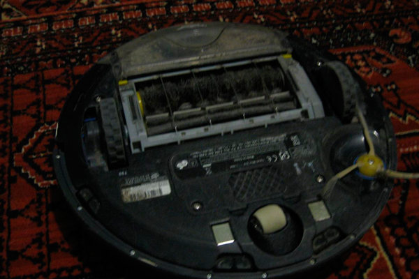 Вид с под низу робота-пылесоса Irobot Roomba 790
