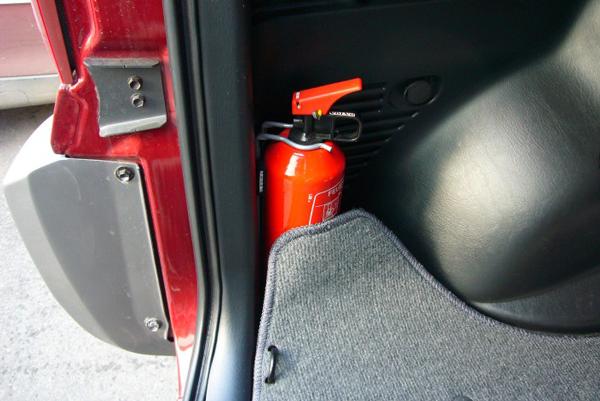 Автомобильный огнетушитель для ликвидации возможных возгораний