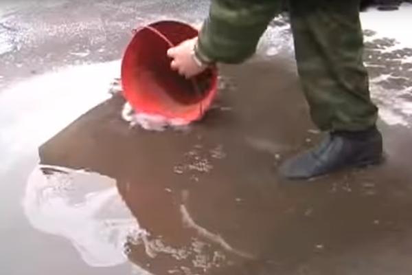 Набирание воды в конусное пожарное ведро