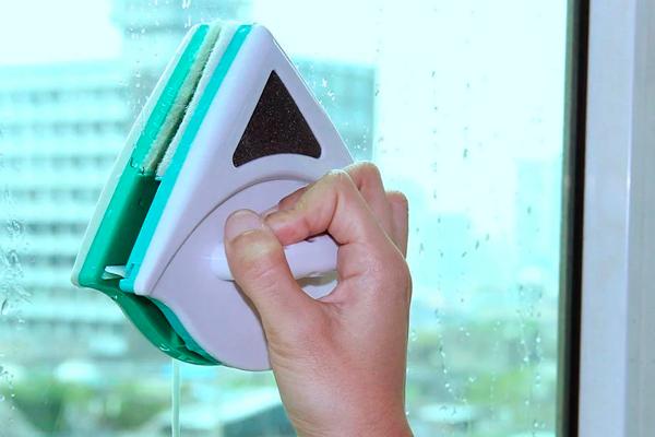 Процесс уборки роботом мойщиком окон магнитного типа