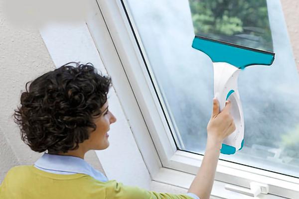Процесс мытья стекол ручным мойщиком окон